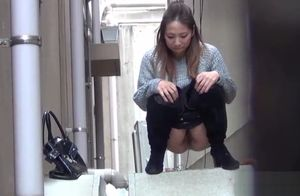Japanese stunners pee in alley